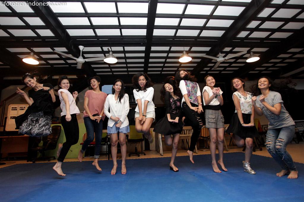 Sejumlah artis pemeran dalam film Anak Kos Dodol mengikuti latihan koreo di Jakarta, Rabu (21/1). Film yang diadaptasi dari novel karya Dewi Dedew Rieka berjudul  Anak Kos Dodol tersebut akan tayang secara serentak di bioskop mulai tanggal 26 Februari 2015 mendatang. ANTARA FOTO/Muhammad Adimaja