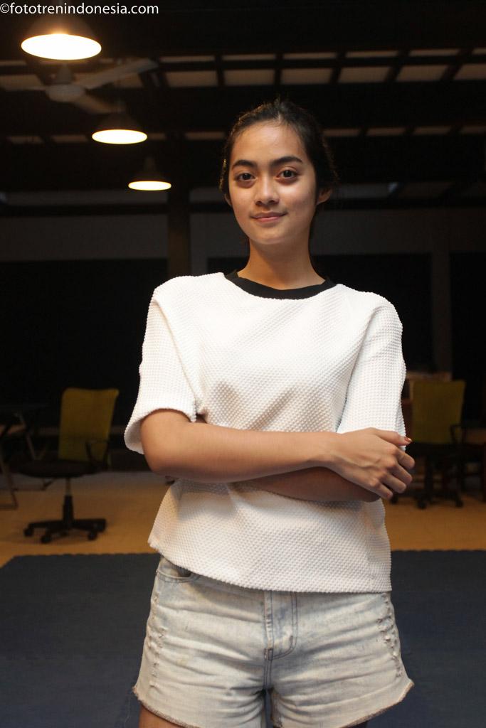 Artis Ayudia Bing Slamet berpose saat mengikuti latihan koreo untuk film Anak Kos Dodol  di Jakarta, Rabu (21/1). Film yang diadaptasi dari novel karya Dewi Dedew Rieka berjudul  Anak Kos Dodol tersebut akan tayang secara serentak di bioskop mulai tanggal 26 Februari 2015 mendatang. ANTARA FOTO/Muhammad Adimaja