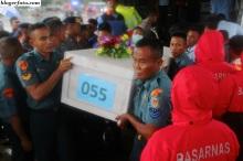 Sejumlah anggota tim SAR gabungan membawa peti jenazah korban pesawat AirAsia QZ8501 untuk dimasukkan kedalam mobil ambulance sesaat setelah tiba di Base Ops Lanudal Juanda Surabaya, Sidoarjo, Jawa Timur, Jum'at (23/1). ANTARA FOTO/Suryanto/Asf.