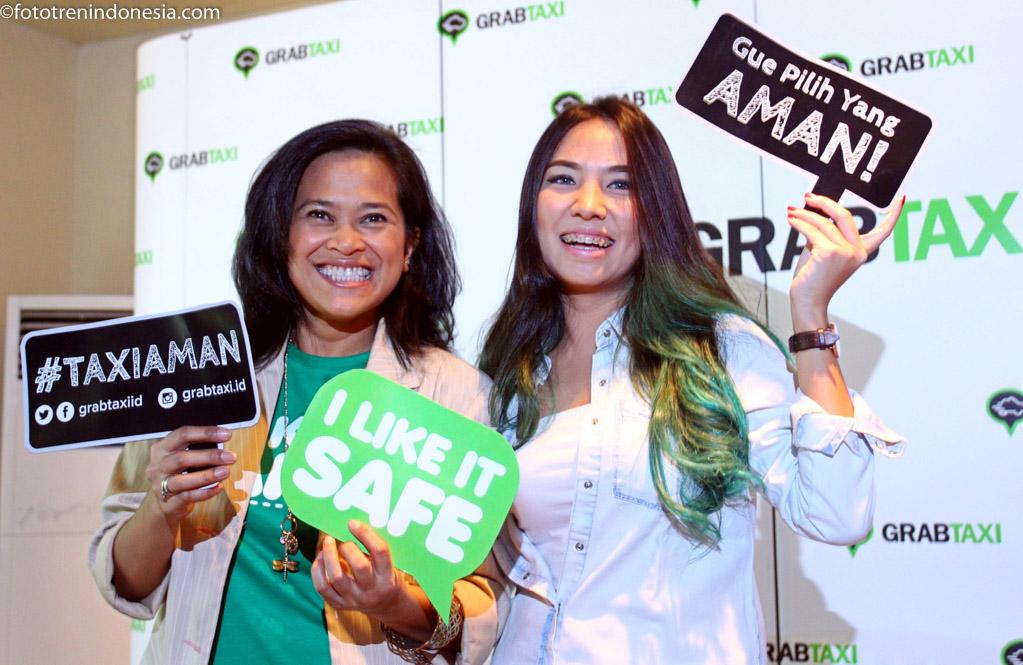 """Head of Marketing Grab indonesia Kiki Rizki (kiri) bersama Trave Blogger Marischka Prudence memperlihatkan poster saat peluncuran kampanye """"Taksi Aman """" di Jakarta, Rabu (21/01). Selain mengkampanyekan keamanan bertaksi di perkenalkan juga fitur-fitur keamanan yang hanya di dapat dari pemesanan taksi melalui aplikasi """"GrabTaxi"""".ANTARA FOTO/Andi"""