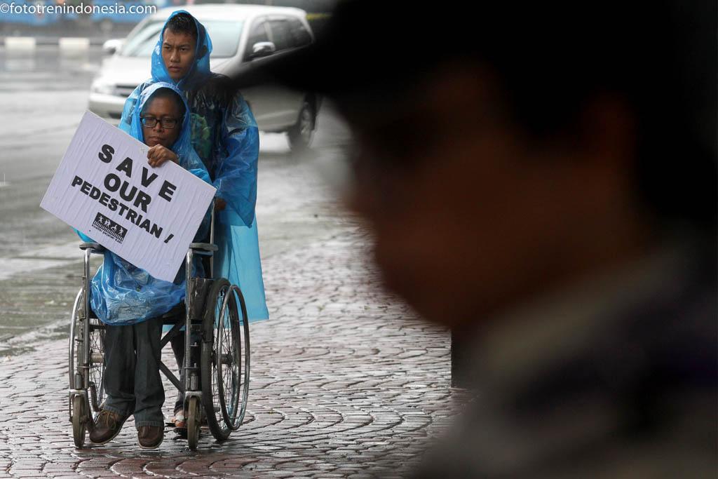 Penyandang disabilitas yang tergabung dalam Koalisi Pejalan Kaki melakukan aksi berjalan di sepanjang trotoar di Jakarta, Kamis (22/1). Aksi tersebut dalam rangka memperingati Tragedi tiga tahun tewasnya sejumlah pejalan kaki di Halte Tugu Tani. ANTARA FOTO/M Agung Rajasa/ama/15.