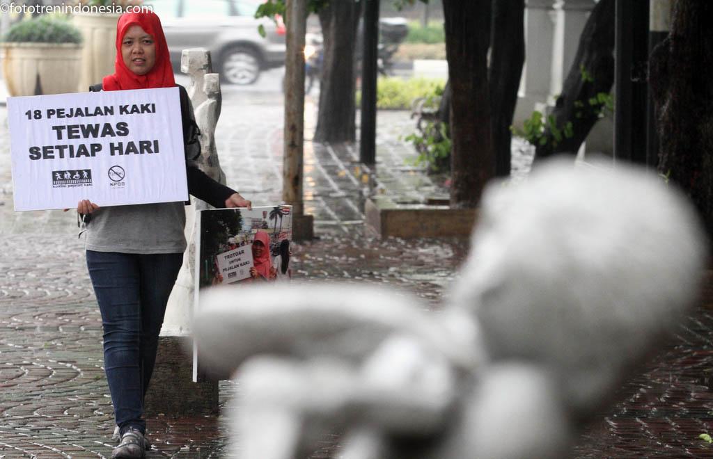Aktivis pejalan kaki melakukan aksi berjalan di sepanjang trotoar di Jakarta, Kamis (22/1). Aksi tersebut dalam rangka memperingati Tragedi tiga tahun tewasnya sejumlah pejalan kaki di Halte Tugu Tani. ANTARA FOTO/M Agung Rajasa/ama/15.