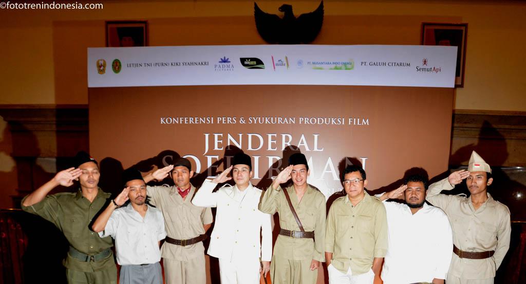 Para aktor film Jenderal Soedirman berpose dalam syukuran produksi film Jenderal Soedirman di Balai Sudirman, Jakarta, Selasa (20/1). Film tersebut merupakan film biografi pejuang kemerdekaan Jenderal Soedirman.  ANTARA FOTO/Rosa Panggabean/ed/NZ/15.