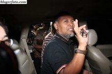 Wakil Ketua KPK Bambang Wijdojanto melambaikan tangan seusai menjalani pemeriksaan di Bareskrim Mabes Polri, Jakarta, Sabtu (24/1). Bambang dibebaskan setelah dirinya dicecar 8 pertanyaan dan diperiksa selama 12 jam lebih. ANTARA FOTO/M Agung Rajasa