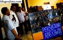 Wakil Gubernur Provinsi Jawa Barat, Deddy Mizwar (kedua kiri) bersama Pelatih Tim Persib Bandung, Djajang Nurdjaman (ketiga kiri), mendengarkan penjelasan dari Ketua Wartawan Foto Bandung, Andri Gurnita (kiri) saat melihat foto yang dipamerkan pada acara pembukaan Pameran Foto Persib Juara di Gedung Indonesia Menggugat, Bandung, Jawa Barat, Minggu (18/1). Pameran Foto Persib Juara tersebut dilaksanakan 38 pewarta foto yang tergabung dalam  Wartawan Foto Bandung dengan karya yang dipamerkan sebanyaka 75 foto sebagai bentuk apresiasi atas menjadi Juaranya Persib Bandung di kancah Indonesian Super League. ANTARA FOTO/Novrian Arbi